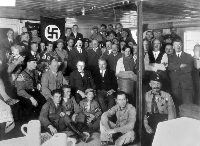 Hitler bei Einweihung
