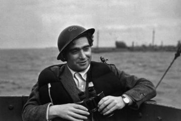 Angleterre. Robert CAPA.photographer on a destroyer during the ship arrivals in French beach for landings and liberation of Fance.