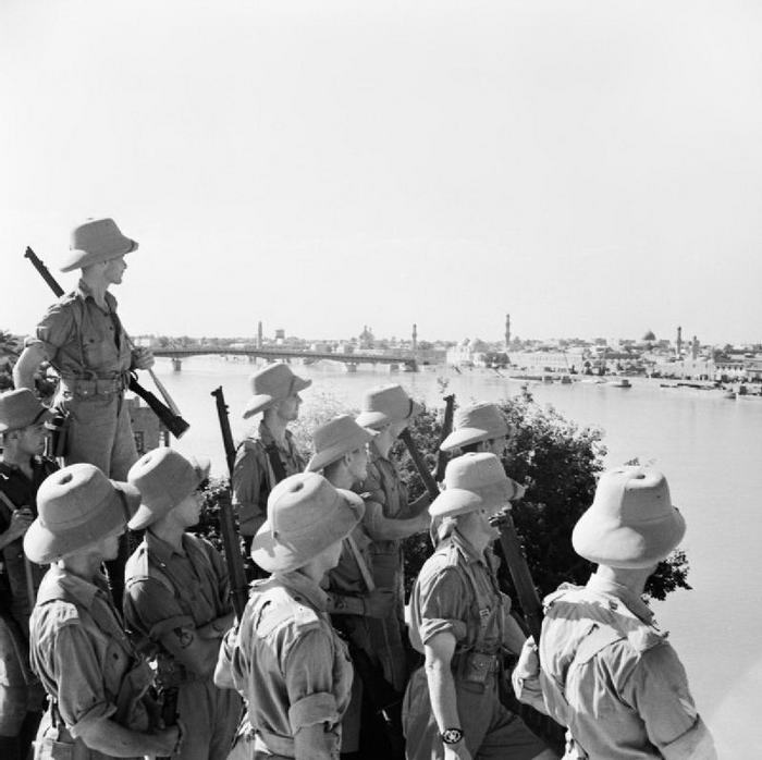 British troops looking at Baghdad