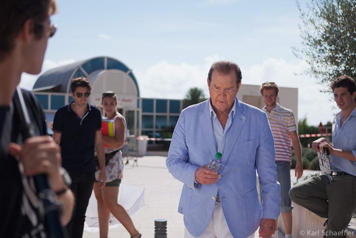 Roger Moore sur le tournage de Incompatibles